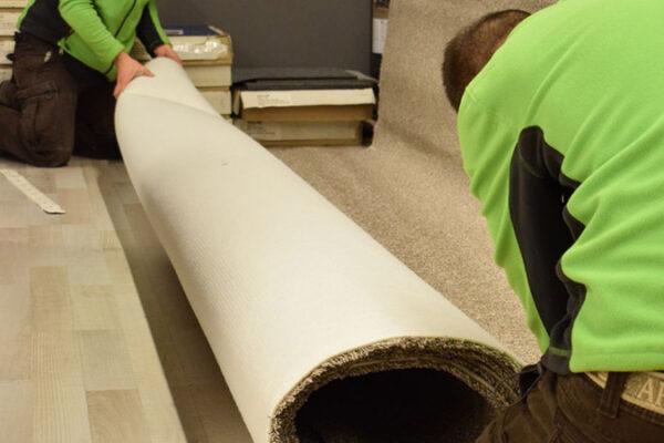 A nálunk vásárolt PVC burkolatot vagy padlószőnyeget, méretre vágjuk